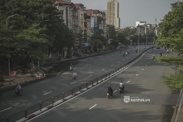 Hà Nội ngày đầu thực hiện giãn cách xã hội theo Chỉ thị 16: Đường phố vắng lặng, hàng quán đóng kín cửa im lìm - Ảnh 18.