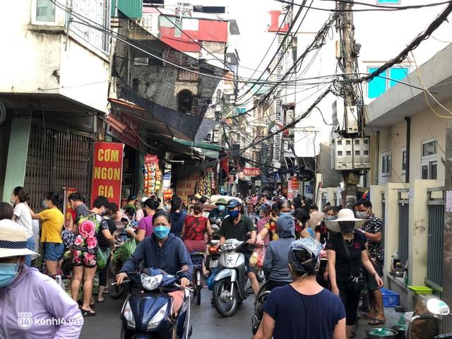 Ảnh: Từ sáng sớm, các khu chợ ở Hà Nội đã đông nghẹt người mua hàng - Ảnh 18.