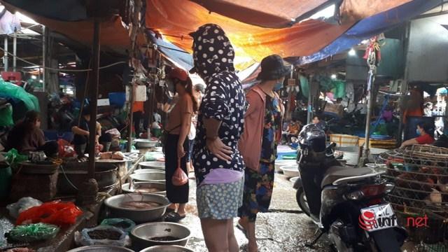 Chợ Hà Nội đầy ắp hàng, tiểu thương đắt khách mua - Ảnh 2.