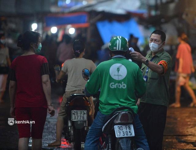 Ảnh: Từ sáng sớm, các khu chợ ở Hà Nội đã đông nghẹt người mua hàng - Ảnh 3.