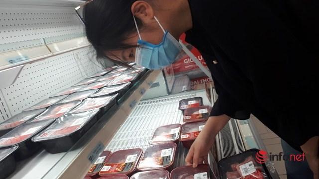 Chợ Hà Nội đầy ắp hàng, tiểu thương đắt khách mua - Ảnh 3.
