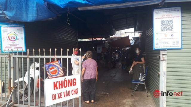 Chợ Hà Nội đầy ắp hàng, tiểu thương đắt khách mua - Ảnh 4.