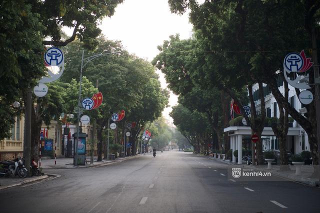 Hà Nội ngày đầu thực hiện giãn cách xã hội theo Chỉ thị 16: Đường phố vắng lặng, hàng quán đóng kín cửa im lìm - Ảnh 9.