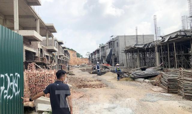 Hàng chục căn nhà phố, shophouse không phép mọc trong dự án TTCP vừa chỉ loạt sai phạm  - Ảnh 1.