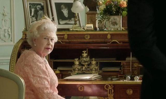 Màn nhảy dù cực chất của Nữ hoàng Anh tại Lễ khai mạc Olympic 2012 bỗng gây sốt trở lại và sự thật ít ai biết đằng sau - Ảnh 2.