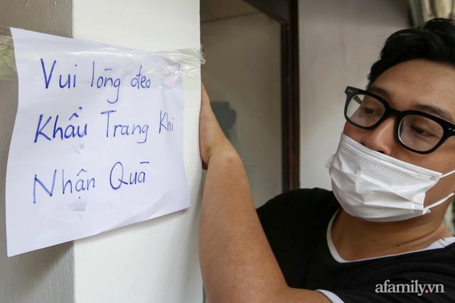 Một gia đình ở phố cổ Hà Nội bỏ tiền túi mua hơn 10 tấn gạo phát miễn phí cho người dân gặp khó khăn vì dịch - Ảnh 2.