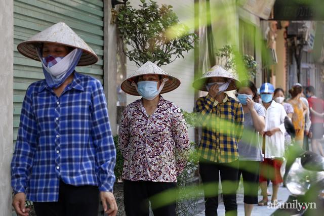 Một gia đình ở phố cổ Hà Nội bỏ tiền túi mua hơn 10 tấn gạo phát miễn phí cho người dân gặp khó khăn vì dịch - Ảnh 11.