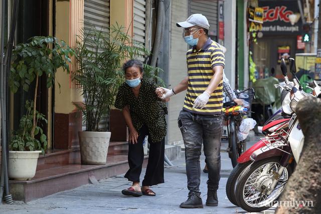 Một gia đình ở phố cổ Hà Nội bỏ tiền túi mua hơn 10 tấn gạo phát miễn phí cho người dân gặp khó khăn vì dịch - Ảnh 12.