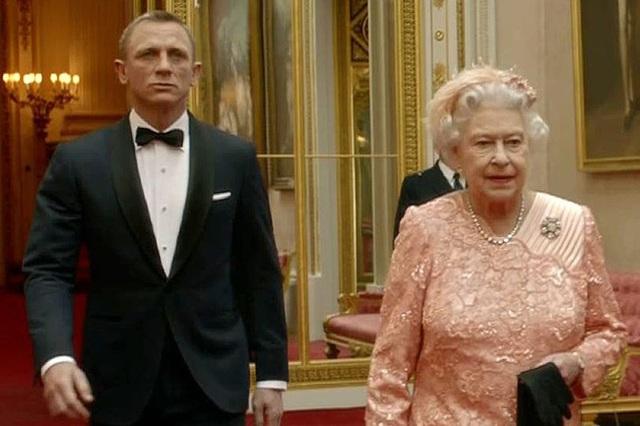 Màn nhảy dù cực chất của Nữ hoàng Anh tại Lễ khai mạc Olympic 2012 bỗng gây sốt trở lại và sự thật ít ai biết đằng sau - Ảnh 3.