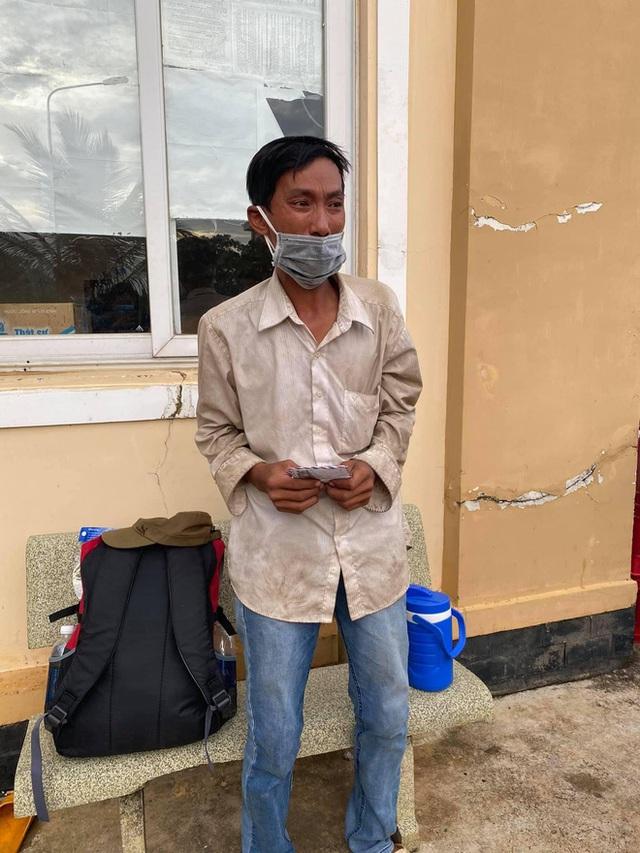 Người đàn ông đi bộ ròng rã 16 ngày để về quê, bật khóc vì nhận được hơn 7 triệu đồng: Em chưa bao giờ cầm số tiền lớn thế này - Ảnh 4.