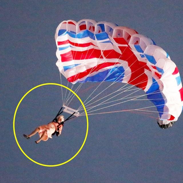Màn nhảy dù cực chất của Nữ hoàng Anh tại Lễ khai mạc Olympic 2012 bỗng gây sốt trở lại và sự thật ít ai biết đằng sau - Ảnh 4.