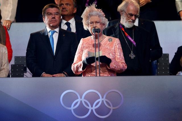 Màn nhảy dù cực chất của Nữ hoàng Anh tại Lễ khai mạc Olympic 2012 bỗng gây sốt trở lại và sự thật ít ai biết đằng sau - Ảnh 5.