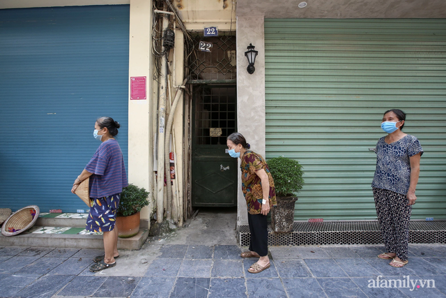 Một gia đình ở phố cổ Hà Nội bỏ tiền túi mua hơn 10 tấn gạo phát miễn phí cho người dân gặp khó khăn vì dịch - Ảnh 5.