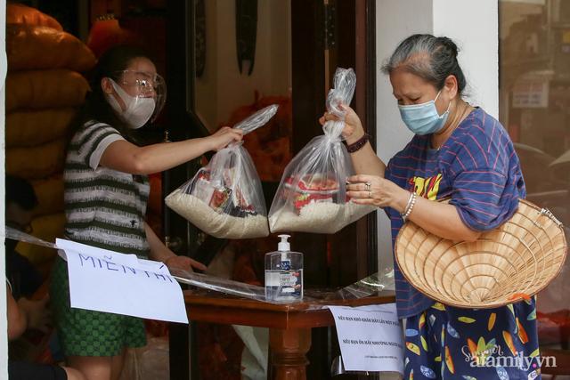 Một gia đình ở phố cổ Hà Nội bỏ tiền túi mua hơn 10 tấn gạo phát miễn phí cho người dân gặp khó khăn vì dịch - Ảnh 7.