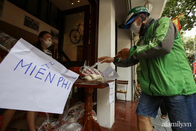 Một gia đình ở phố cổ Hà Nội bỏ tiền túi mua hơn 10 tấn gạo phát miễn phí cho người dân gặp khó khăn vì dịch - Ảnh 9.