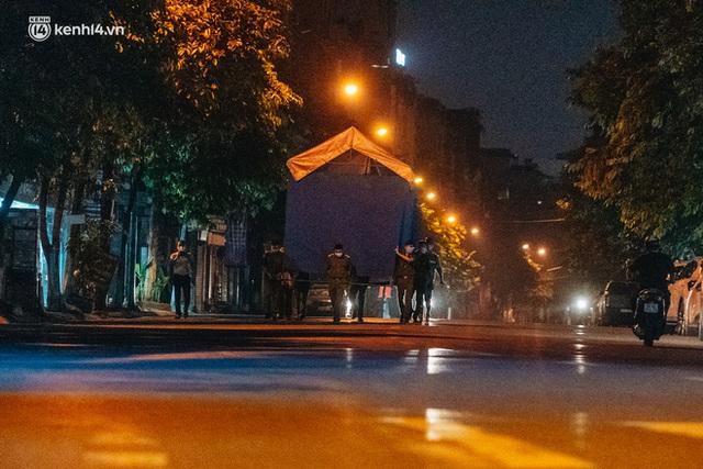 Ảnh: Xuyên đêm thiết lập chốt phong tỏa tại Bệnh viện Phổi Hà Nội sau khi ghi nhận 9 ca dương tính SARS-CoV-2 - Ảnh 2.