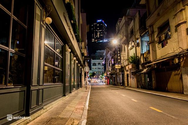 Ảnh: Đường phố Sài Gòn sau 18h vắng lặng như thế nào? - Ảnh 1.