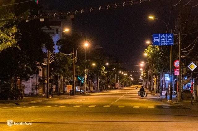Ảnh: Đường phố Sài Gòn sau 18h vắng lặng như thế nào? - Ảnh 2.
