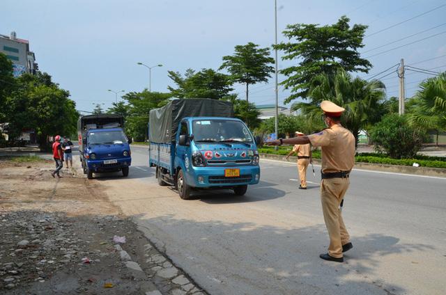 Xử phạt ra đường không thực sự cần thiết: Người bị quay xe, người vùng vằng không chịu ký biên bản - Ảnh 1.
