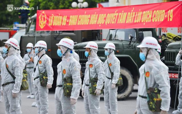Ảnh: Hàng chục xe chuyên dụng bắt đầu phun khử khuẩn quanh Hồ Gươm và nhiều tuyến phố chính tại Hà Nội - Ảnh 2.