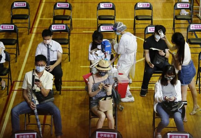 Lý giải tỷ lệ tử vong vì Covid-19 cao bất thường ở Đài Loan (Trung Quốc) - Ảnh 1.