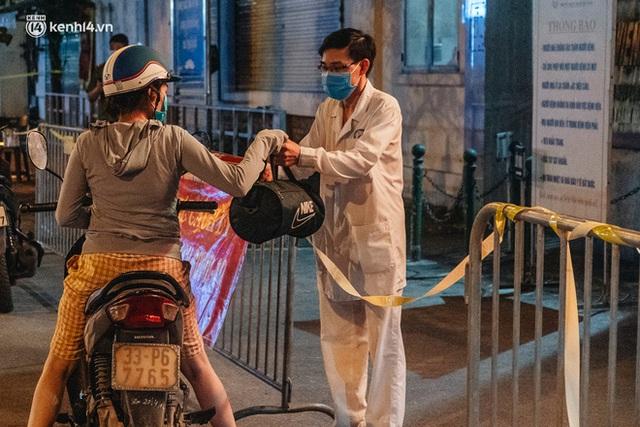Ảnh: Xuyên đêm thiết lập chốt phong tỏa tại Bệnh viện Phổi Hà Nội sau khi ghi nhận 9 ca dương tính SARS-CoV-2 - Ảnh 11.