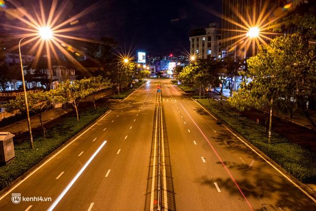 Ảnh: Đường phố Sài Gòn sau 18h vắng lặng như thế nào? - Ảnh 11.