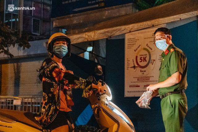 Ảnh: Xuyên đêm thiết lập chốt phong tỏa tại Bệnh viện Phổi Hà Nội sau khi ghi nhận 9 ca dương tính SARS-CoV-2 - Ảnh 12.
