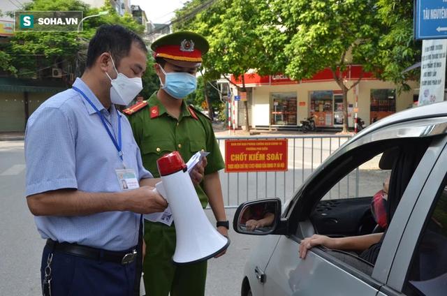 Xử phạt ra đường không thực sự cần thiết: Người bị quay xe, người vùng vằng không chịu ký biên bản - Ảnh 12.