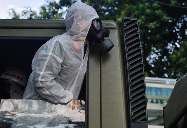 Ảnh: Hàng chục xe chuyên dụng bắt đầu phun khử khuẩn quanh Hồ Gươm và nhiều tuyến phố chính tại Hà Nội - Ảnh 12.