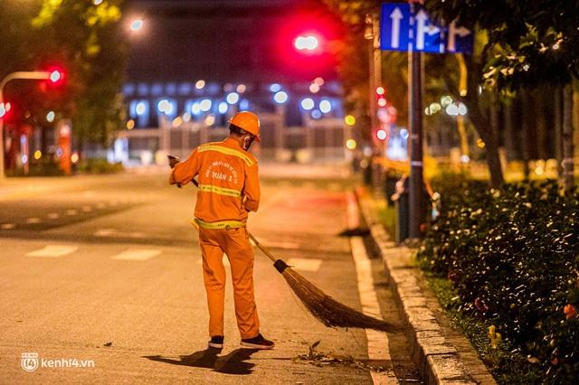 Ảnh: Đường phố Sài Gòn sau 18h vắng lặng như thế nào? - Ảnh 13.
