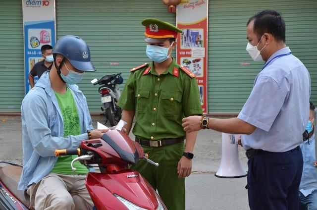 Xử phạt ra đường không thực sự cần thiết: Người bị quay xe, người vùng vằng không chịu ký biên bản - Ảnh 13.