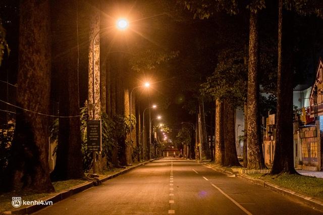 Ảnh: Đường phố Sài Gòn sau 18h vắng lặng như thế nào? - Ảnh 14.