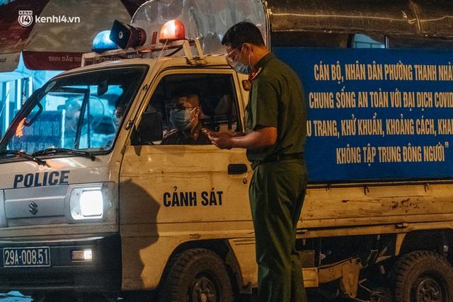 Ảnh: Xuyên đêm thiết lập chốt phong tỏa tại Bệnh viện Phổi Hà Nội sau khi ghi nhận 9 ca dương tính SARS-CoV-2 - Ảnh 15.