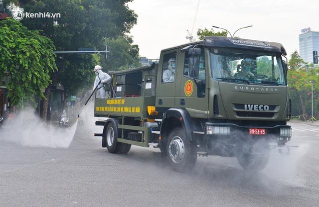 Ảnh: Hàng chục xe chuyên dụng bắt đầu phun khử khuẩn quanh Hồ Gươm và nhiều tuyến phố chính tại Hà Nội - Ảnh 15.