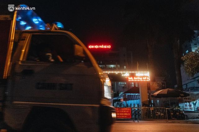 Ảnh: Xuyên đêm thiết lập chốt phong tỏa tại Bệnh viện Phổi Hà Nội sau khi ghi nhận 9 ca dương tính SARS-CoV-2 - Ảnh 16.