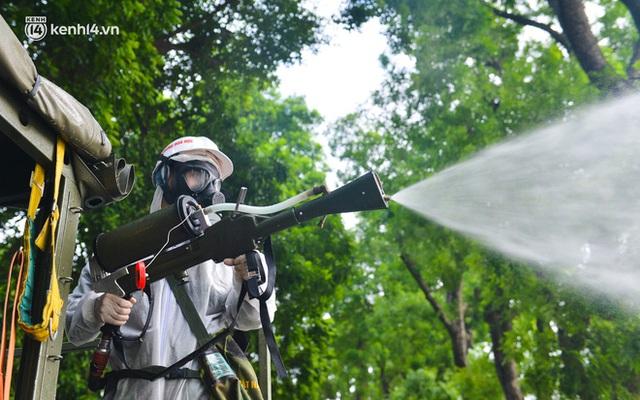 Ảnh: Hàng chục xe chuyên dụng bắt đầu phun khử khuẩn quanh Hồ Gươm và nhiều tuyến phố chính tại Hà Nội - Ảnh 16.