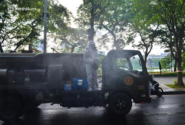 Ảnh: Hàng chục xe chuyên dụng bắt đầu phun khử khuẩn quanh Hồ Gươm và nhiều tuyến phố chính tại Hà Nội - Ảnh 17.