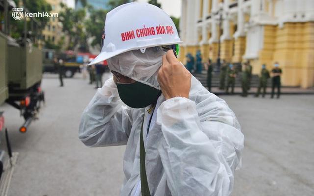 Ảnh: Hàng chục xe chuyên dụng bắt đầu phun khử khuẩn quanh Hồ Gươm và nhiều tuyến phố chính tại Hà Nội - Ảnh 3.