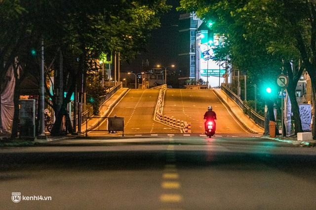 Ảnh: Đường phố Sài Gòn sau 18h vắng lặng như thế nào? - Ảnh 23.