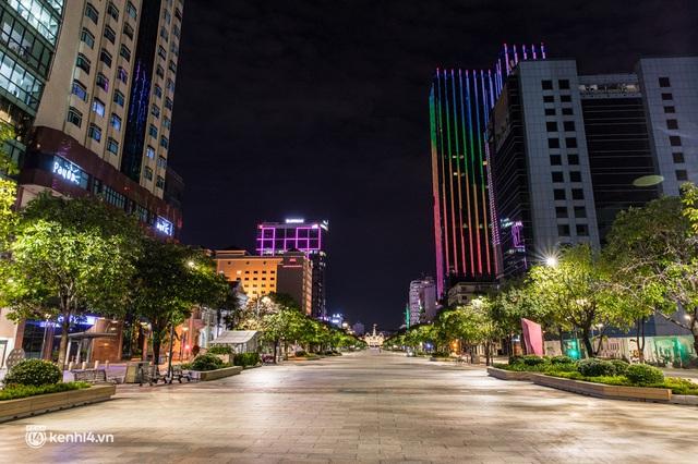 Ảnh: Đường phố Sài Gòn sau 18h vắng lặng như thế nào? - Ảnh 24.