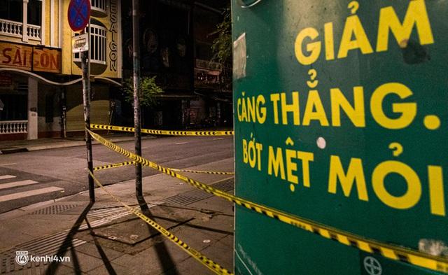 Ảnh: Đường phố Sài Gòn sau 18h vắng lặng như thế nào? - Ảnh 4.
