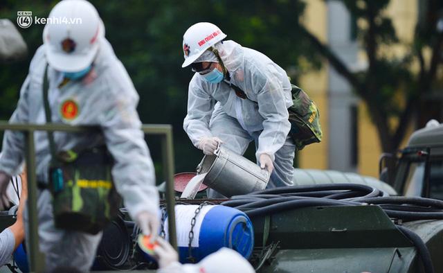 Ảnh: Hàng chục xe chuyên dụng bắt đầu phun khử khuẩn quanh Hồ Gươm và nhiều tuyến phố chính tại Hà Nội - Ảnh 4.