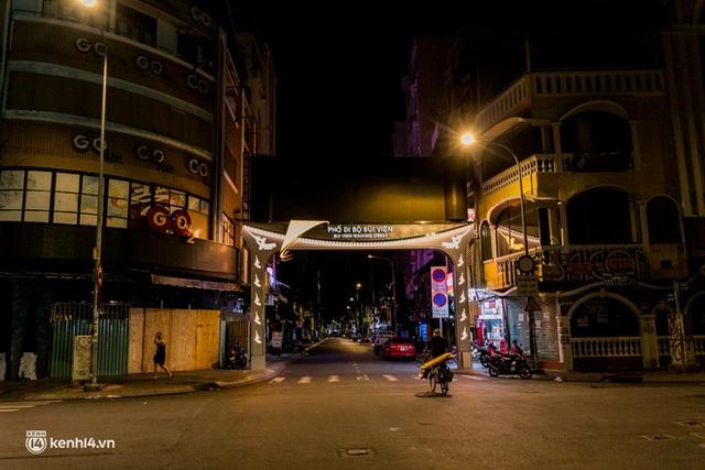 Ảnh: Đường phố Sài Gòn sau 18h vắng lặng như thế nào? - Ảnh 5.