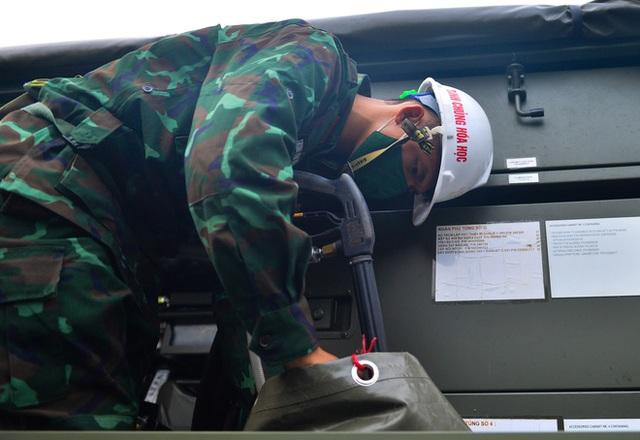 Ảnh: Hàng chục xe chuyên dụng bắt đầu phun khử khuẩn quanh Hồ Gươm và nhiều tuyến phố chính tại Hà Nội - Ảnh 6.