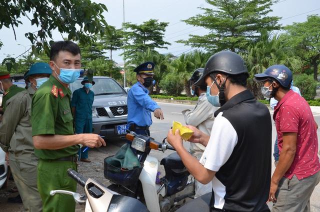 Xử phạt ra đường không thực sự cần thiết: Người bị quay xe, người vùng vằng không chịu ký biên bản - Ảnh 7.