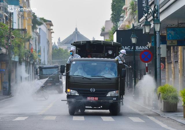 Ảnh: Hàng chục xe chuyên dụng bắt đầu phun khử khuẩn quanh Hồ Gươm và nhiều tuyến phố chính tại Hà Nội - Ảnh 7.