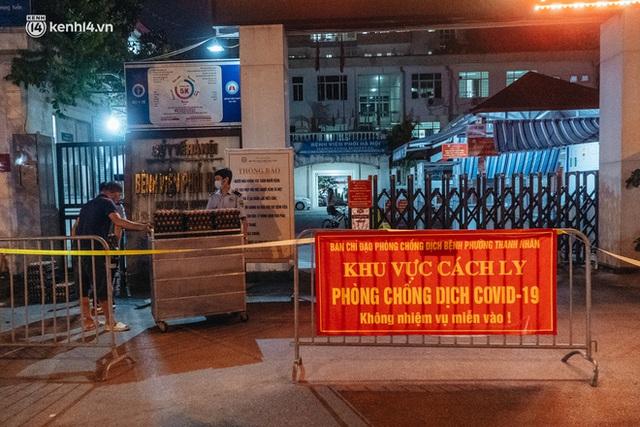 Ảnh: Xuyên đêm thiết lập chốt phong tỏa tại Bệnh viện Phổi Hà Nội sau khi ghi nhận 9 ca dương tính SARS-CoV-2 - Ảnh 8.
