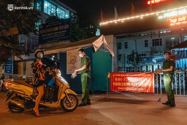 Ảnh: Xuyên đêm thiết lập chốt phong tỏa tại Bệnh viện Phổi Hà Nội sau khi ghi nhận 9 ca dương tính SARS-CoV-2 - Ảnh 9.