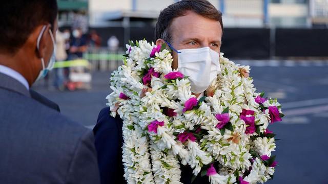 Khoảnh khắc hot nhất hôm nay: Tổng thống Pháp bất đắc dĩ thành cây hoa di động, nét mặt của ông càng gây chú ý - Ảnh 5.